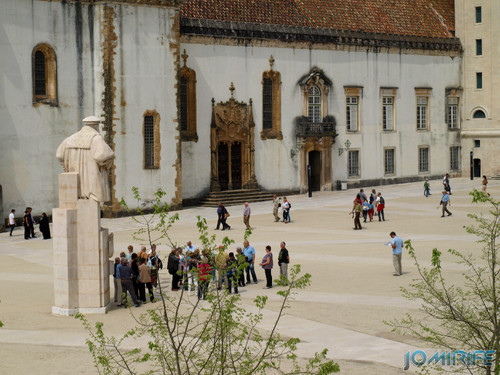 Turistas no pátio da Universidade de Coimbra - Estátua [en] Tourists in the courtyard of the University of Coimbra