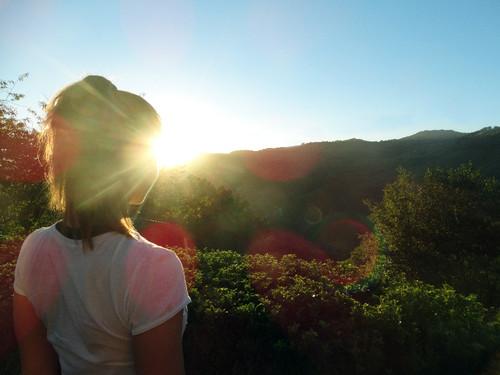 Clara mirando o pôr do sol.jpg