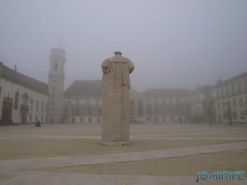 Nevoeiro no pátio da Universidade de Coimbra - Estátua [en] Fog in the courtyard of the University of Coimbra in Portugal