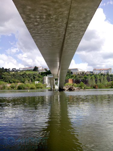 Debaixo da Ponte pedonal Pedro e Inês em Coimbra. Under the Pedestrian Bridge Pedro and Inês in Coimbra