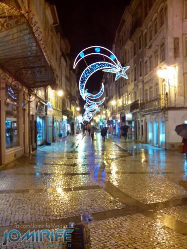 Enfeites de Natal em Coimbra numa noite de chuva na Rua Ferreira Borges [en] Christmas ornaments in Coimbra on a rainy night at Ferreira Borges street