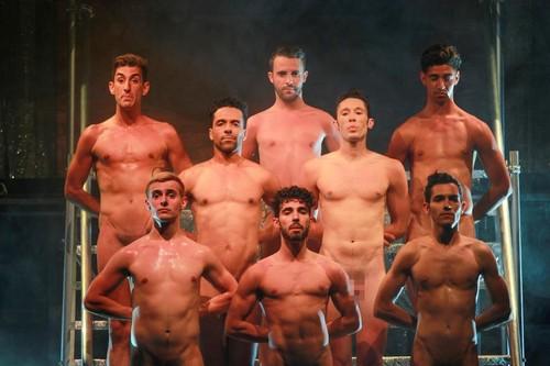 Rapazes Nus a Cantar no Casino Estoril.jpg