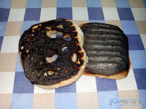 Torrada completamente queimada. Completely burnt toast