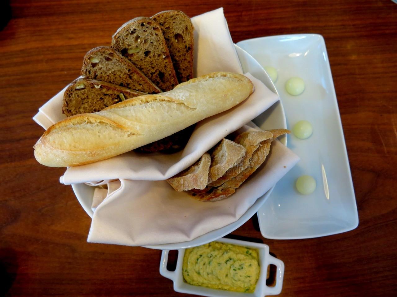 Pão de centeio e limão, pão de trigo, baguete rústica, manteiga de ovelha, dip de tremoço