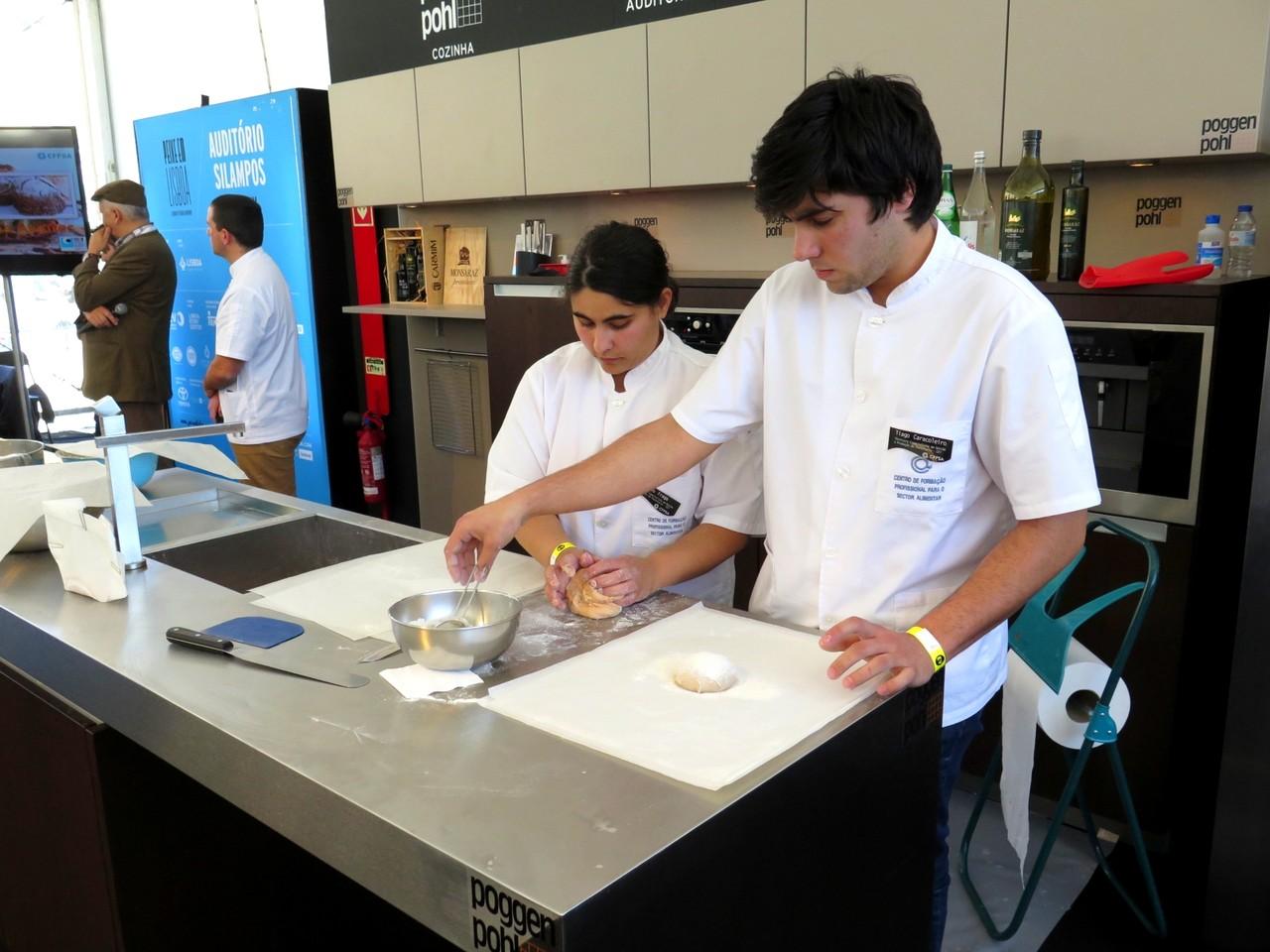 Inês Fraga e Tiago Caracoleiro fazendo pão