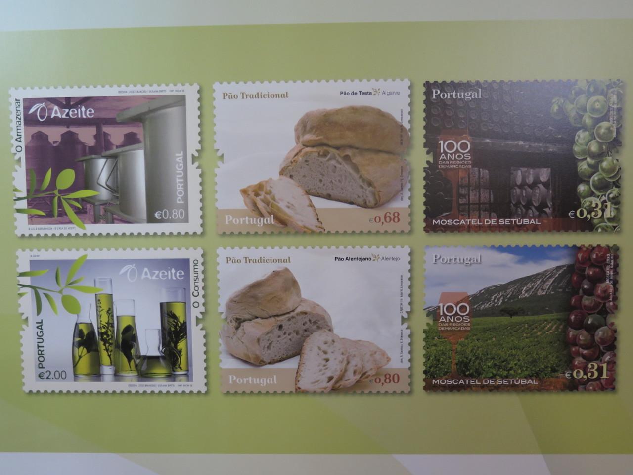 O livro contém selos