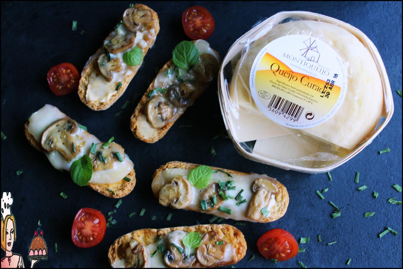 Tostinhas crocantes de queijo e cogumelos