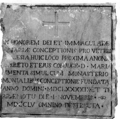 Pedra com inscrição assinalando a fundação de