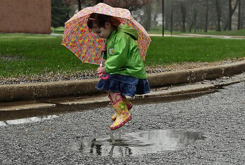 menina-saltar-charco-agua.jpg