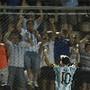 Messi festeja com adeptos