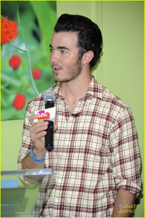 kevin-jonas-aol-ronald-house-03.jpg