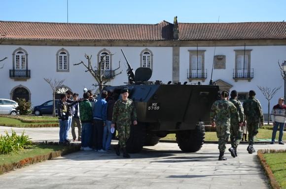 Viaturas do Exército em exposição na Praça da
