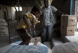 Menino carrega garrafas óleo, Gaza