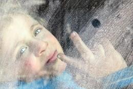 Criança em autocarro saindo Alepo, Síria