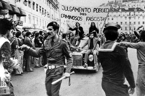 Militares mantendo a ordem pública na Praça