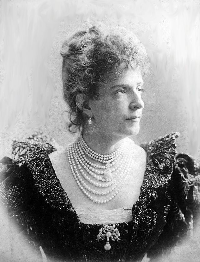 Maria_Pia_of_Savoy,_dowager_queen_of_Portugal.jpg